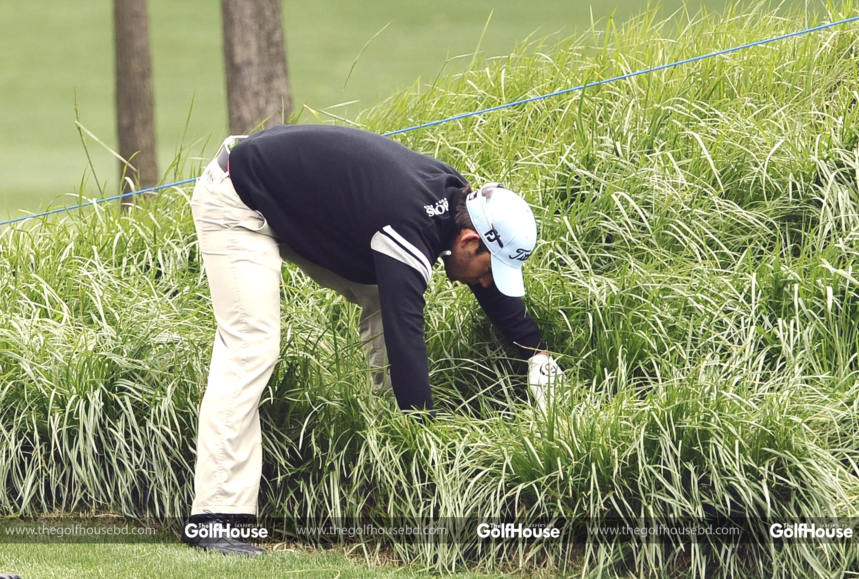 SUZHOU_CHINA _APRIL_15:_Pablo_Larrazabal_of_Spain_looks_for_a_lost_ball_on_the_18th_hole_during_the_Round_One_of_the_Volvo_China_Open_on_April_15_2010_in_Suzhou,_China._(Photo_by_Victor_Fraile/Getty_Images) *** Local_Caption *** Pablo_Larrazabal